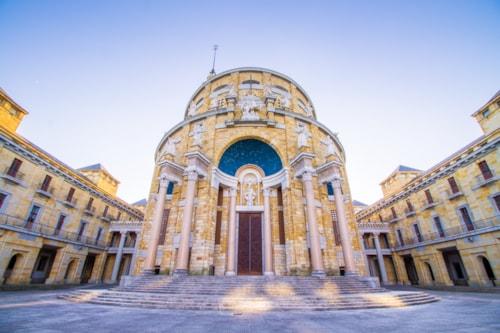 Universität Laboral von Gijon, Asturien, Spanien, wurde in den 60er Jahren gebaut und ist eines der schönsten Wahrzeichen der Region.