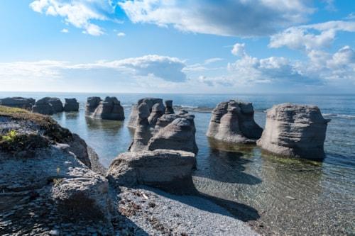 Monolithen und Meerblick in Mingan-Archipel-Nationalpark-Reserve von Kanada, Quebec, Kanada