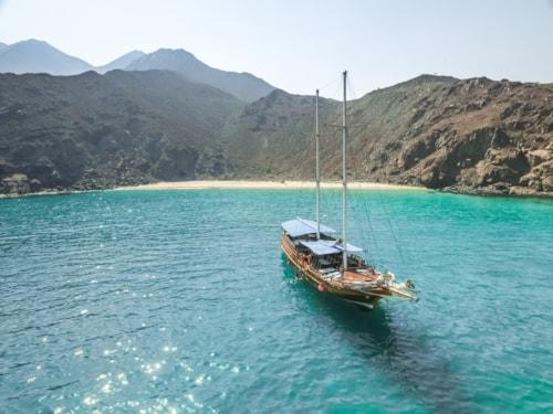 Vogelperspektive eines Segelboots in der malerischen Bucht von Khor Fakkan, Vereinigte Arabische Emirate