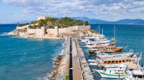"""Taubeninsel mit einem """"Piratenschloss"""". Kusadasi-Hafen, ägäische Küste von der Türkei."""