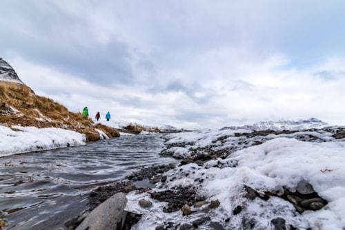 Fluss bei Kirkjufellsfoss im Winter