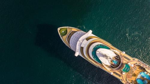 Schiff von Oben auf dem offenen Ozean